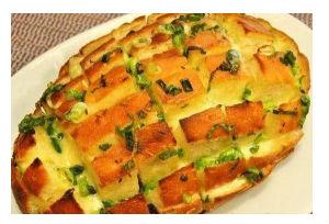 Hleb sa lukom i sirom