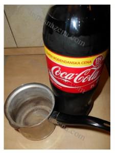 Kako očistiti džezvu za kafu sa Coca Colom.