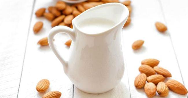Kako napraviti bademovo mleko kod kuće. Izuzetno zdravo i ukusno.