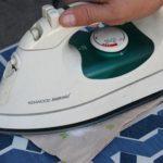 Kako očistiti grejnu ploču pegle uz pomoć soli.