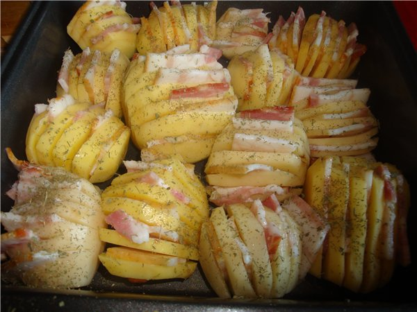 Zapečeni krompir sa slaninom i sirom. Krompir-harmonika