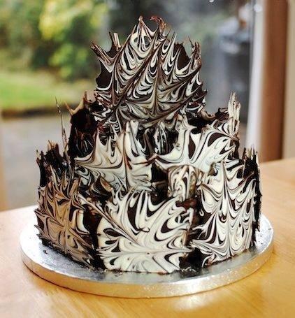 Prvo dekorišemo gornji deo torte.