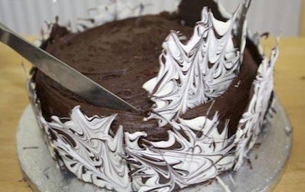 Kako lako pretvoriti običnu tortu u prazničnu. Ukras Čokoladni dvorac