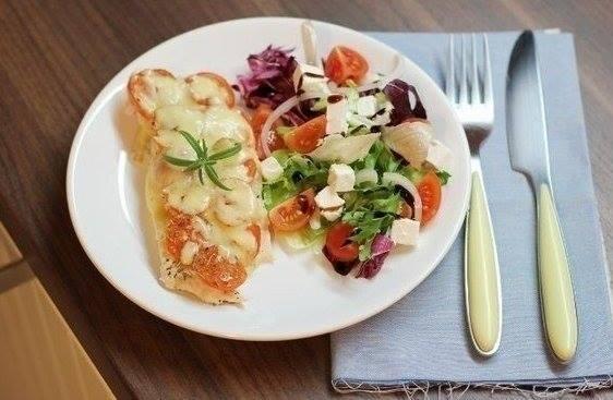 Piletina sa paradajzom i sirom.