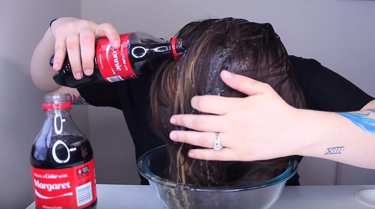 Oprala je kosu koka-kolom. Rezultat je premašio njena očekivanja.