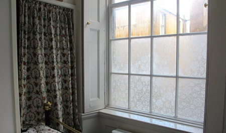 Sunčana svetlost dospeva u sobu i možete na miru da uživate u njoj.