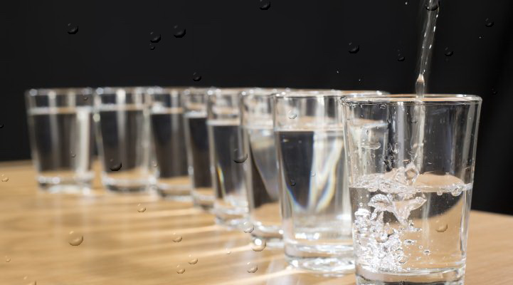 Zasto NE treba piti dve litre vode dnevno.