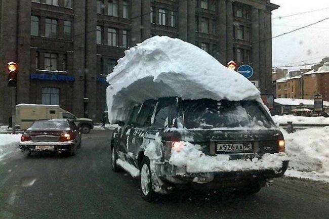 Evo zašto je važno čistiti sneg sa krova automobila!