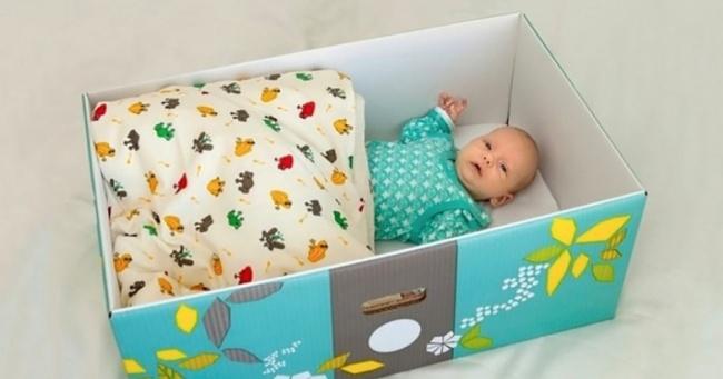 Već 75 godina, finska vlada poklanja trudnicama kutiju.