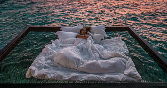 Hotel na Maldivima nudi da spavate na okeanu, pod zvezdama.