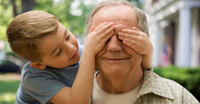 Deca koja odrastaju uz babe i dede srećnija su, pametnija i obrazovanija